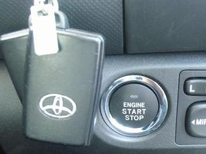 トヨタ車のプッシュスタートボタン見本
